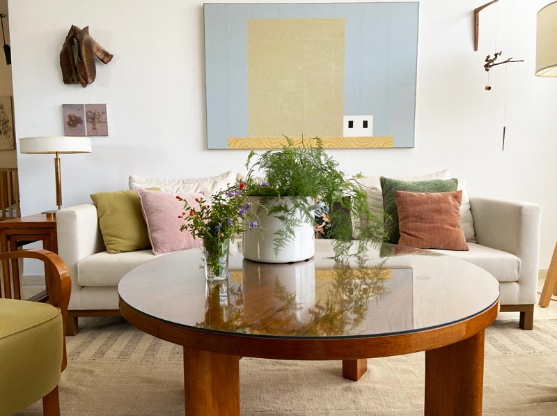 כורסא שולחן עגול מנורות עתיקות וריהוט וינטאג׳