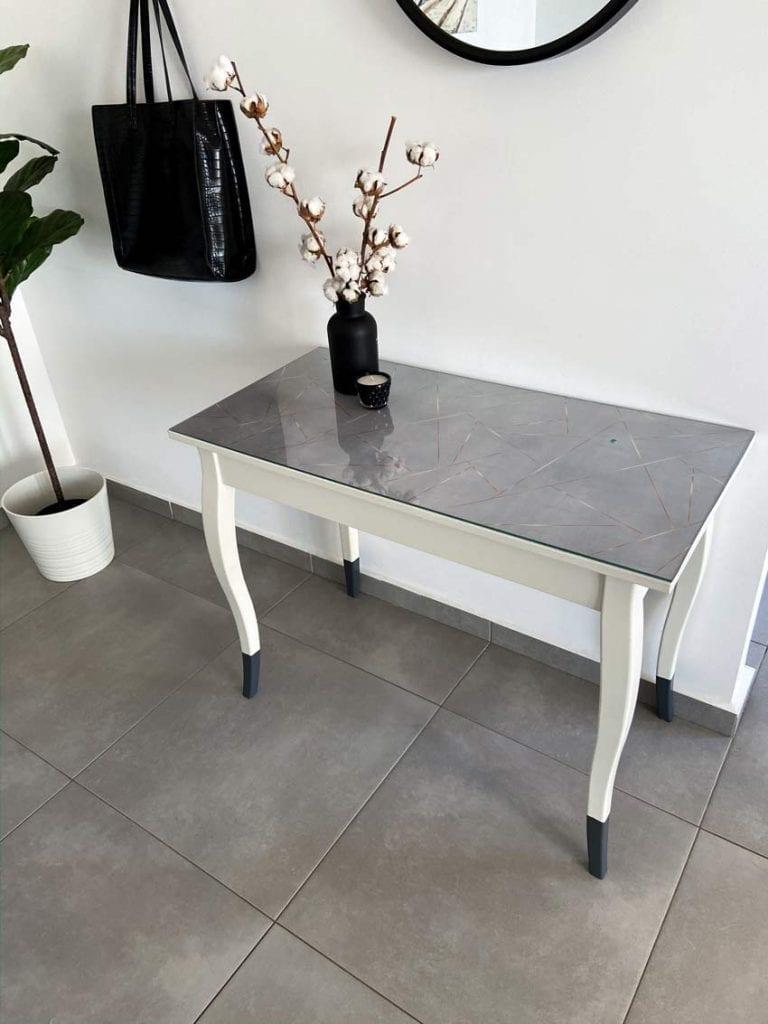 איך לשדרג שולחן איפור ולהפוך אותו לשידת כניסה לבית