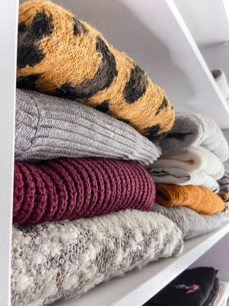 סידור ארון בגדים טיפים הכרחיים חולצות וסוודרים