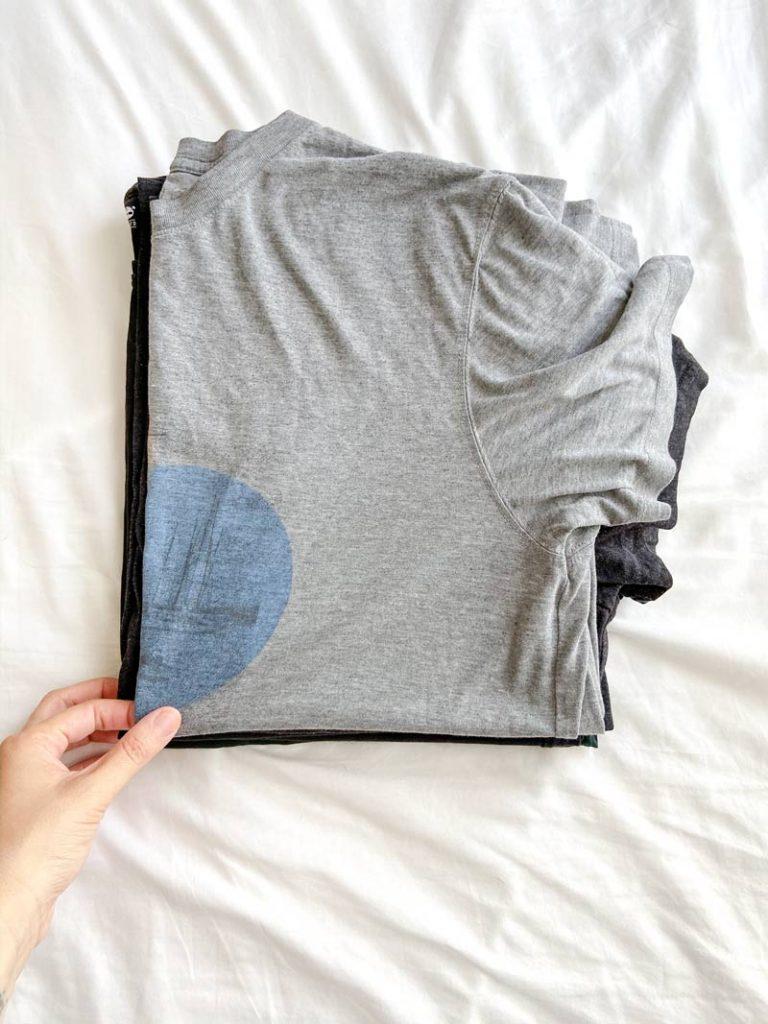 חולצות מקופלות לפני סידור ארון