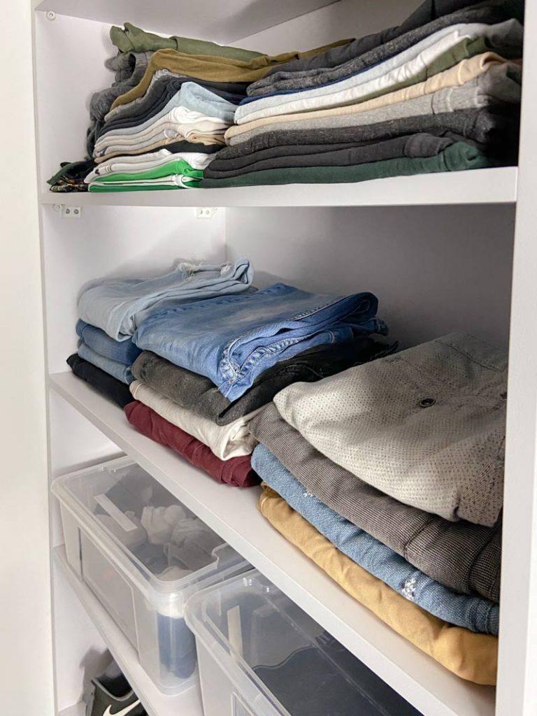 חולצות ומכנסיים מקופלים בארון מסודר