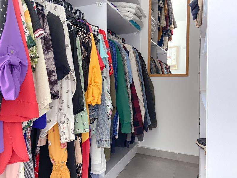 בגדים תלויים בארון לא בצפיפות כדי לשמור על סדר בארון