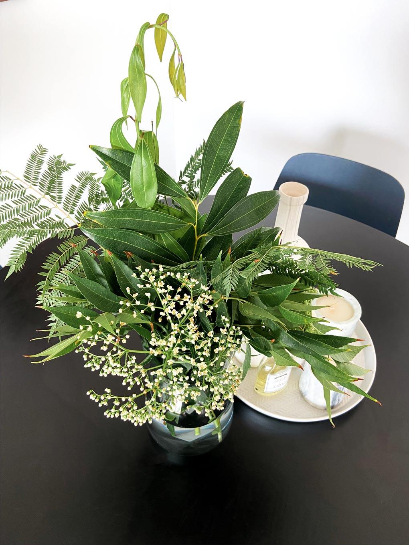 צמחים ופרחים ופריטי נוי בפינת אוכל