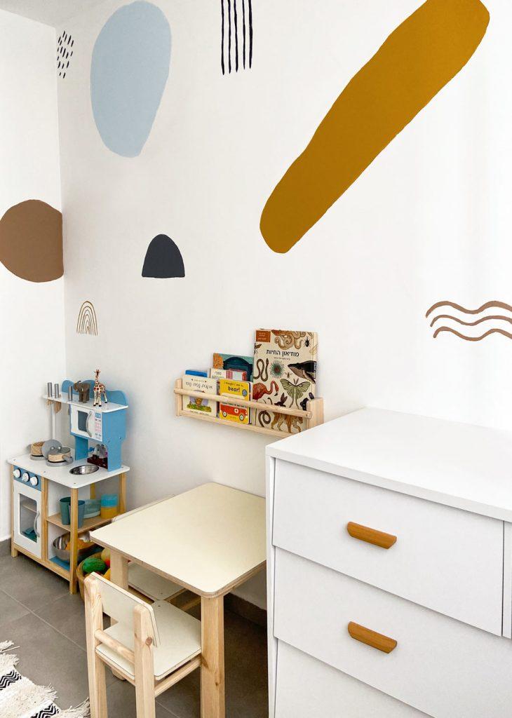 עיצוב חדר ילדים ציור קיר ורהיטי עץ