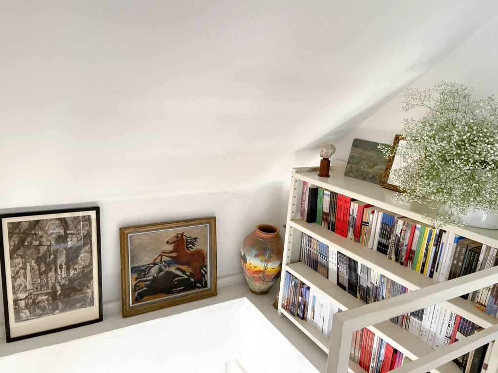 עיצוב קיר גלריה עליית גג וגרם מדרגות