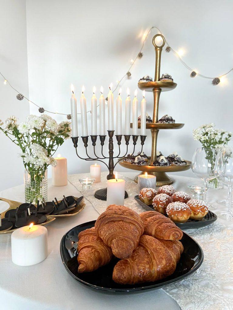 קינוחנוכה: עריכת שולחן מוארת ומתוקה לערב החג