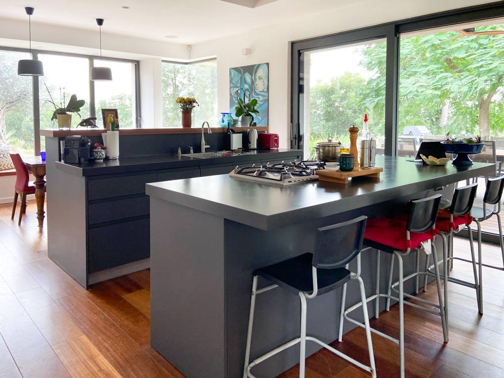 מטבח מודרני בצבעים אפור ושחור