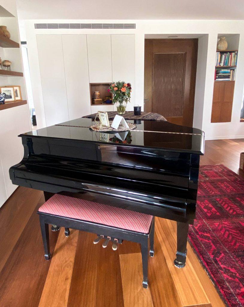 פסנתר במרכז הבית עיצוב הבית