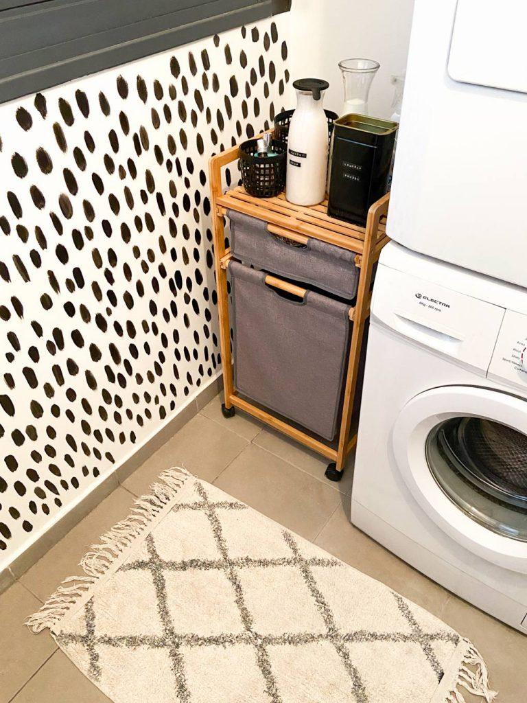 שטיח אמבטיה עם טקסטורה עגלת כביסה וציור קיר