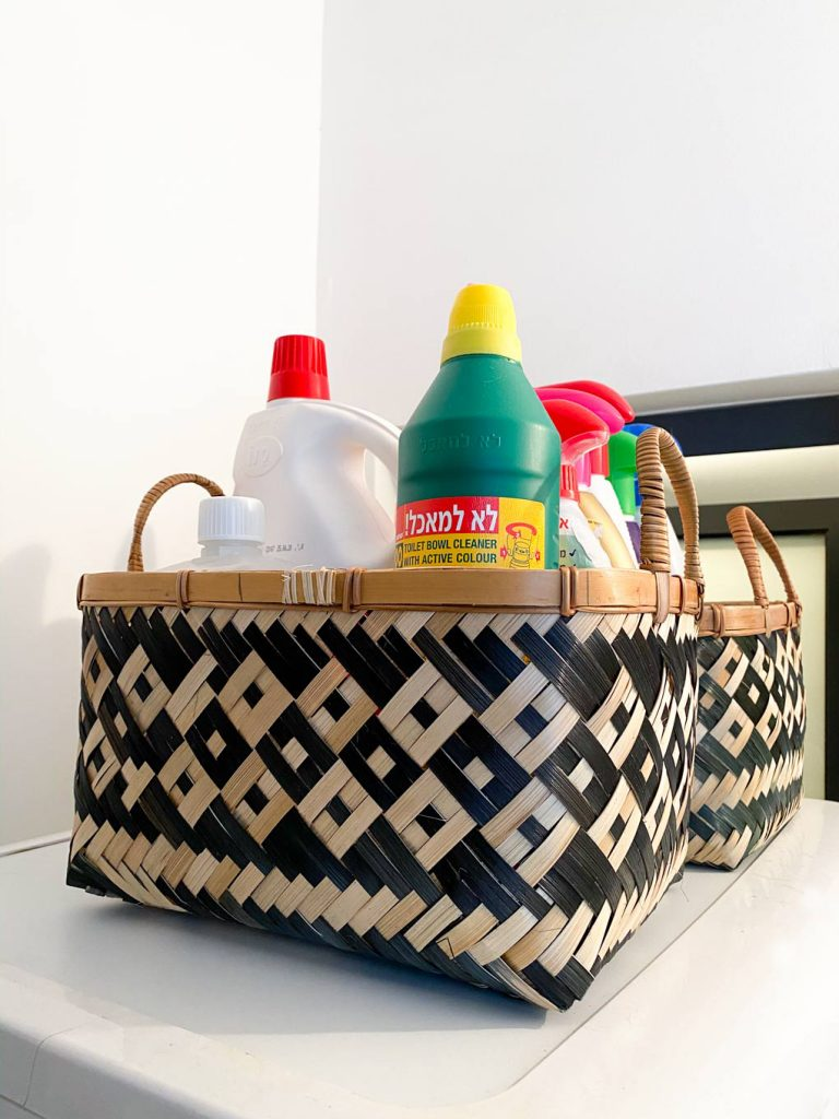 סלסלאות אחסון חומרי ניקוי בחדר שירות חדר כביסה