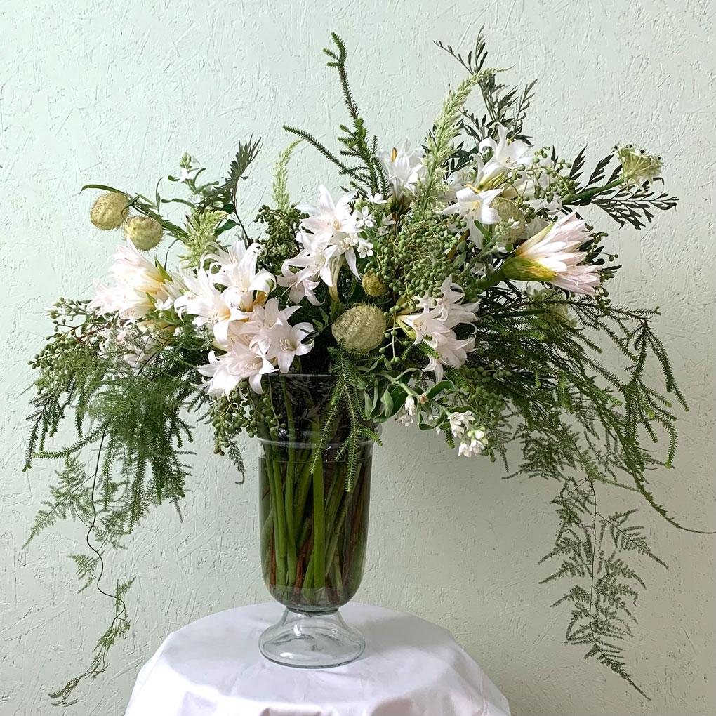 סידור פרחים אורגני ירוק לבן של דניאל ברקת