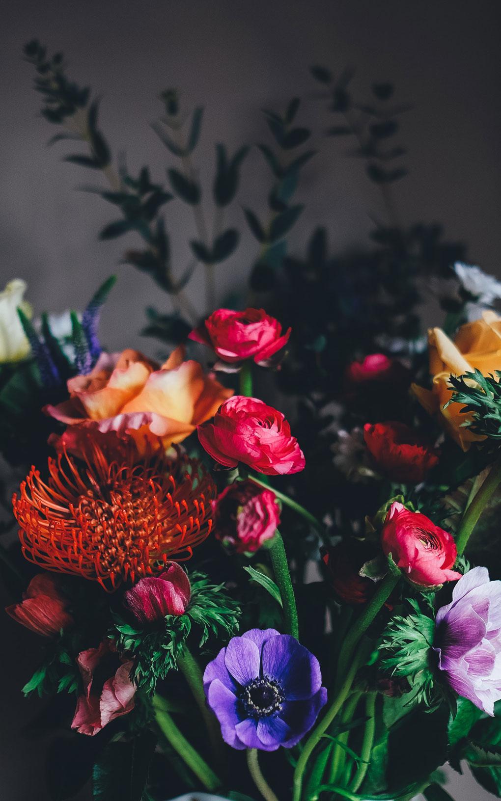 קלוז אפ על סידור פרחים אדמדם