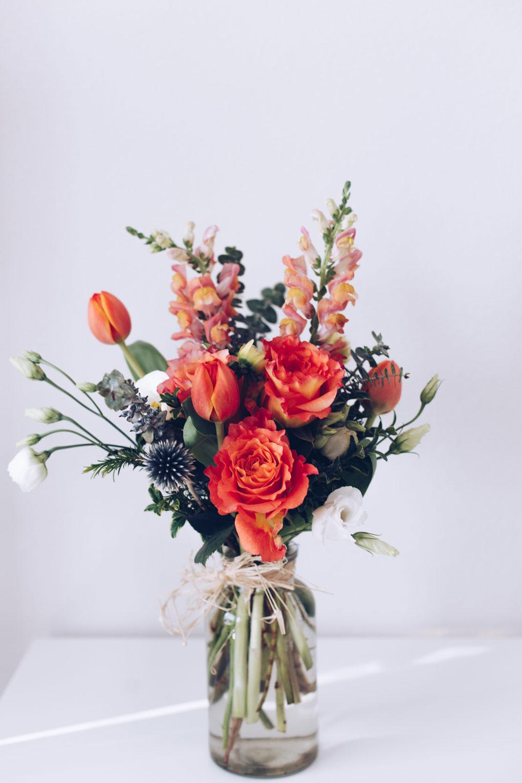 זר פרחים חורפי אדום וירוק