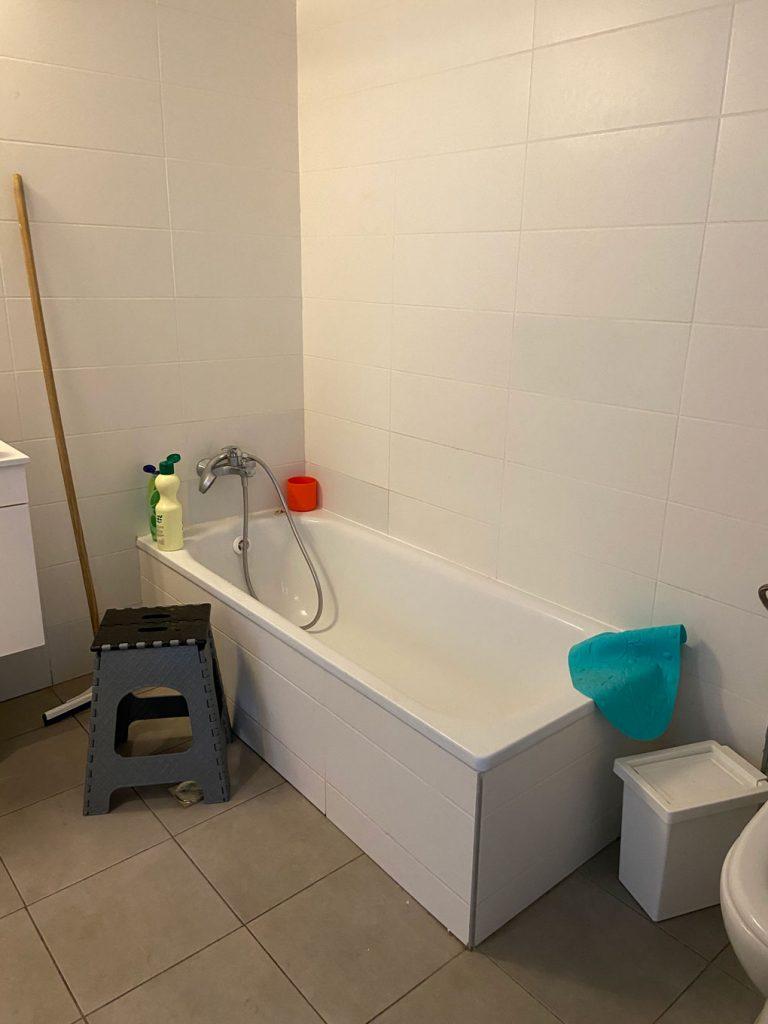 האמבטיה בחדר האמבטיה לפני השינוי