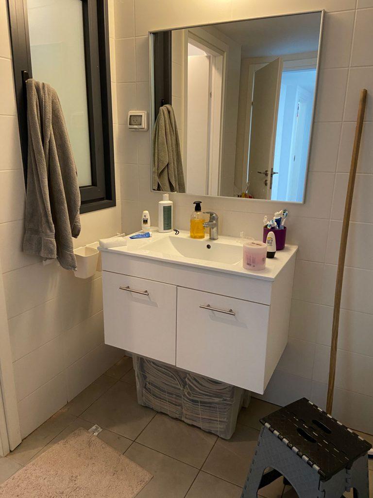 הכיור בחדר האמבטיה לפני השינוי