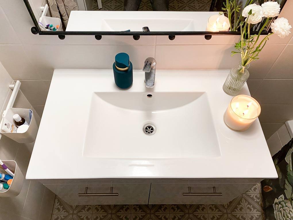 צביעת המראה באמבטיה בצבע שחור והדבקת חרוזים