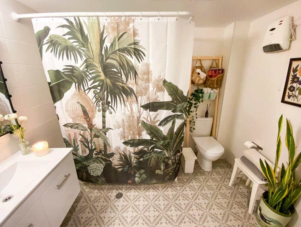 מהפך בחדר האמבטיה: כך הפכתי אותו מאפור ומשעמם לירוק וציורי