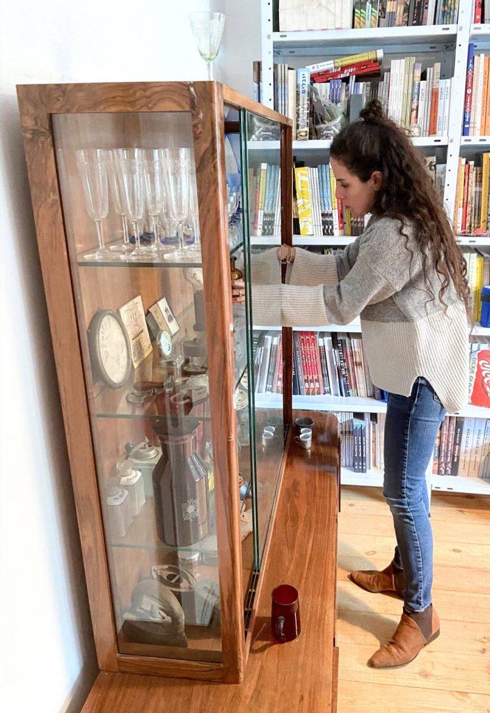 דניאלה מקמיל חלוץ מסדרת את ויטרינת הווינטאג׳