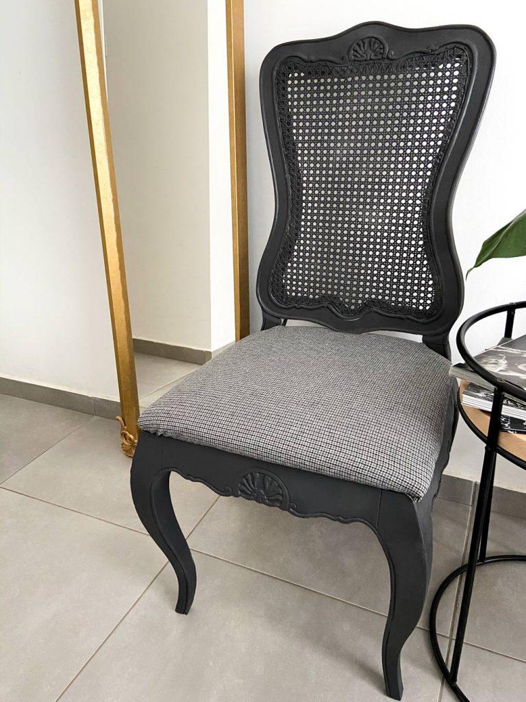 כסא עתיק שהפך לחדש בעזרת ספריי צבע ובד חדש