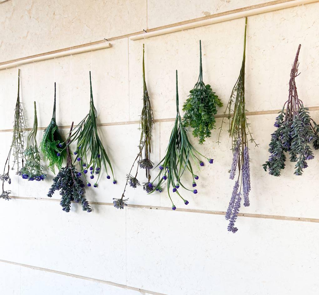 DIY של פרחים מלאכותיים תלויים על חוט דיג ומקלות