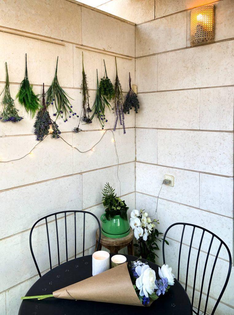 DIY של פרחים, DIY של ראטן על מנורה, שולחן עם פרחים וכסאות