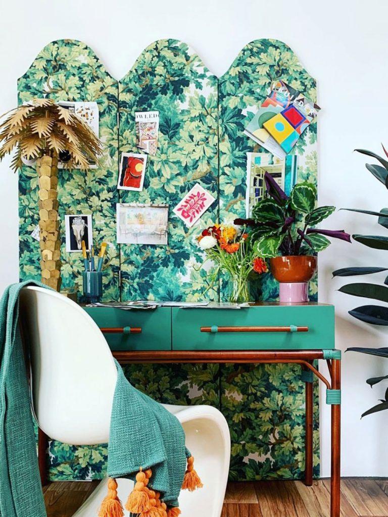 מחיצה צבעונית מאחורי שולחן עבודה של Justina Blakeney