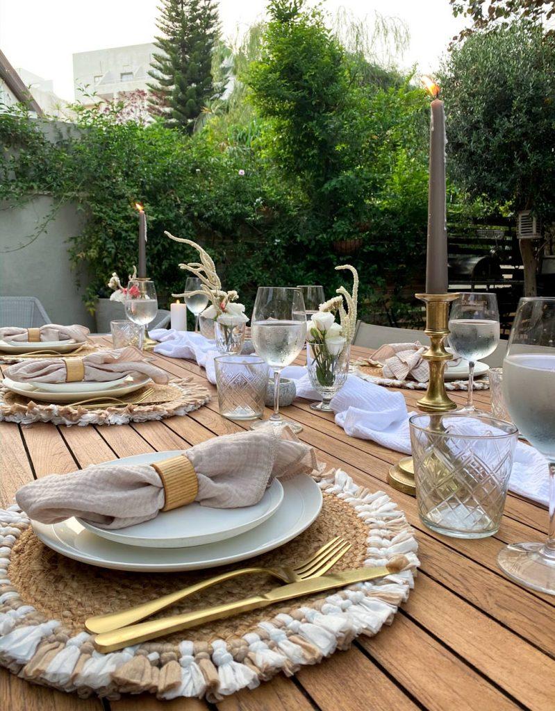 עריכת שולחן שבועות סכו״ם זהב, פמוט אפור, שולחן עץ