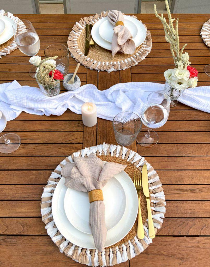 עריכת שולחן עם צלחות חרס ומפיות פשתן
