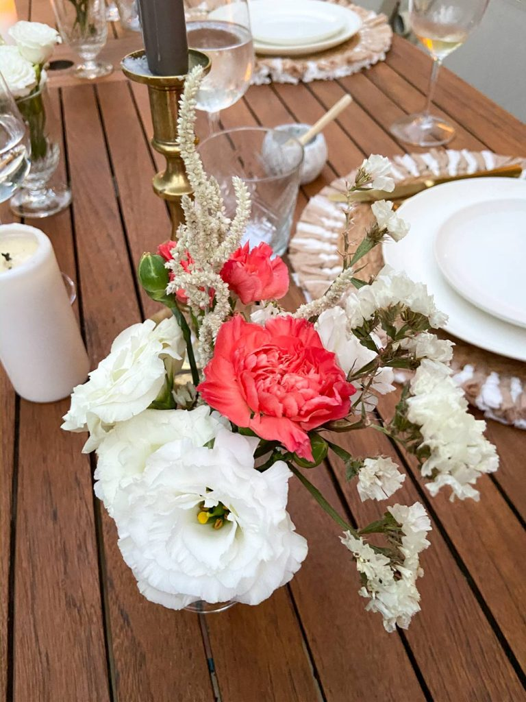 פרחים אדומים ולבנים בעריכת שולחן חג השבועות