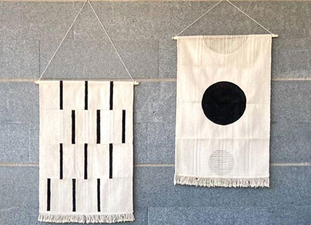 שני שטיחי איקאה מצוירים תלויים על הקיר במרפסת diy