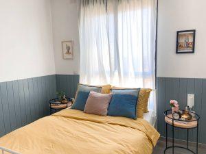 עיצוב חדר שינה מצעים חרדל חיפוי קיר כחול