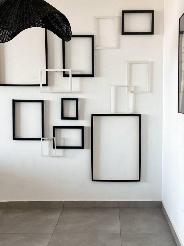 עיצוב קיר מסגרות ריקות. חוששים מהקיר הלבן? קבלו עשרה רעיונות נגישים לעיצוב קיר ריק
