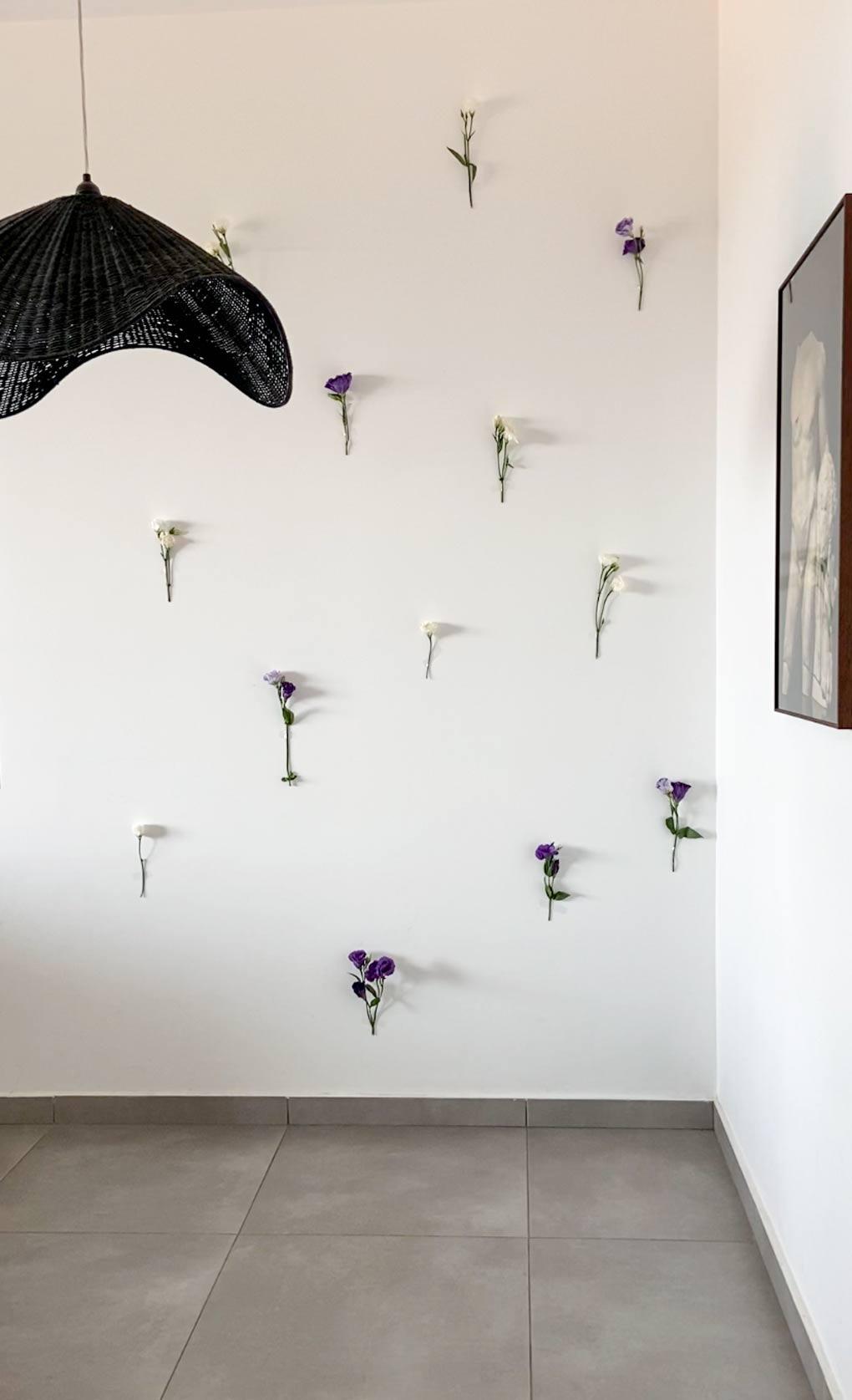 עיצוב קיר פרחים בהשראת טיק טוק. חוששים מהקיר הלבן? קבלו עשרה רעיונות נגישים לעיצוב קיר ריק