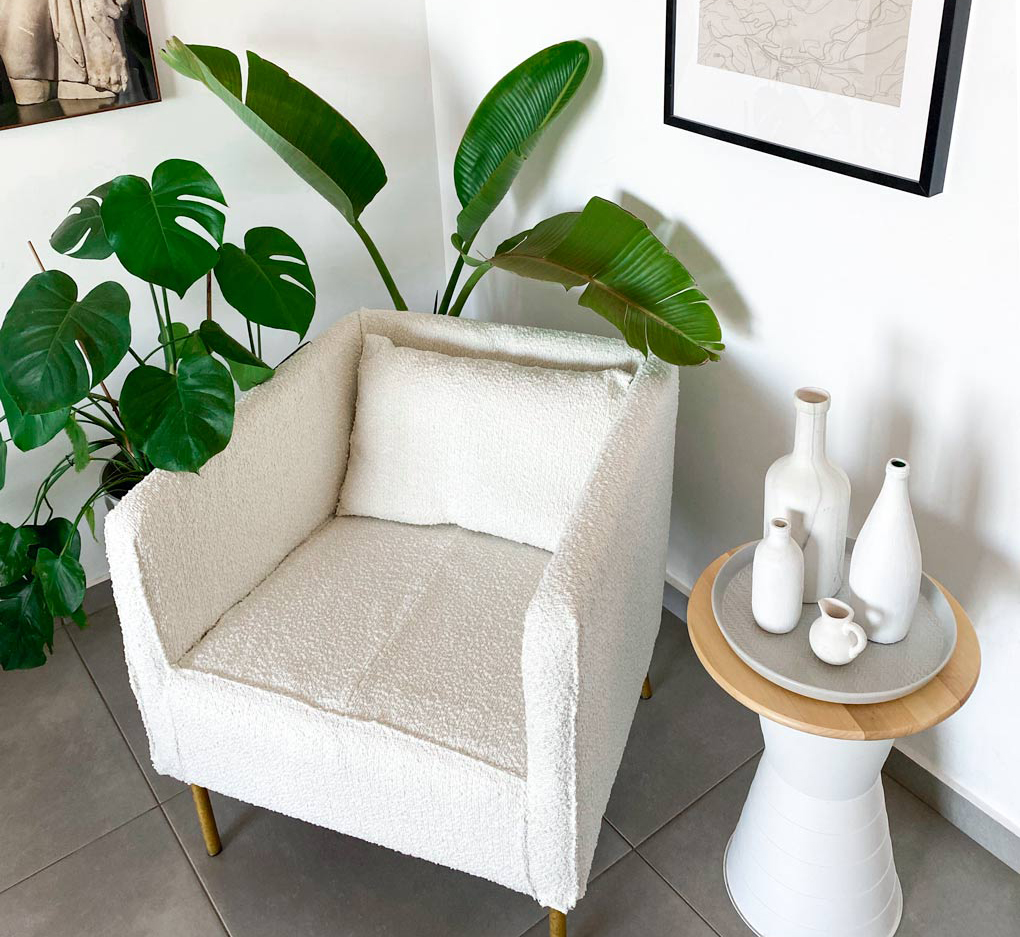 כורסא מאיקאה לאחר ריפוד חדש בצבע לבן