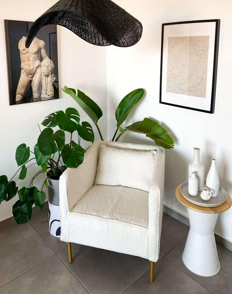 כורסא מאיקאה לאחר ריפוד חדש בצבע לבן ekero