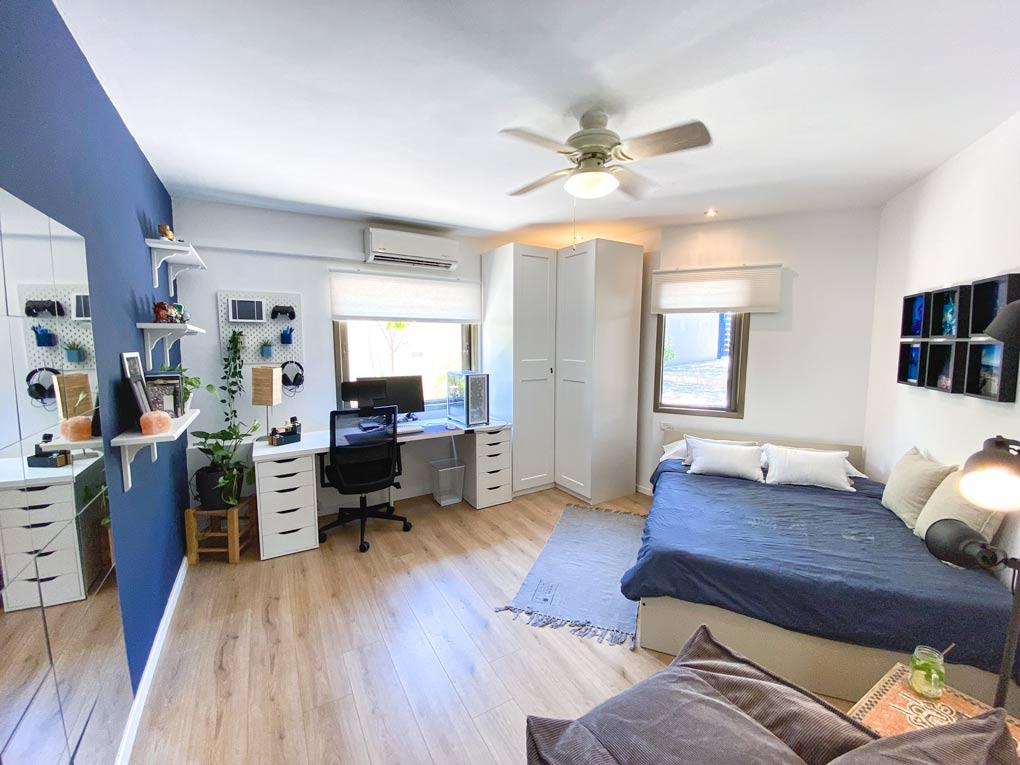 חדר שינה נער בצבעים כחול ולבן