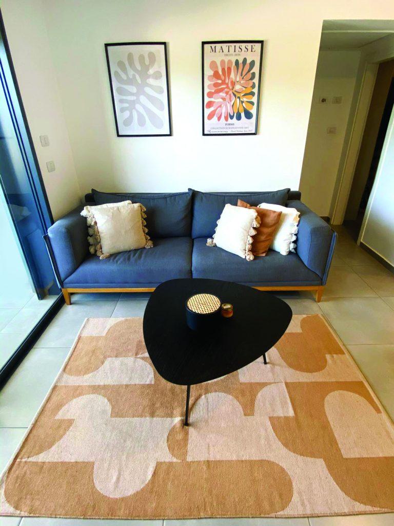 קיר גלריה, שטיח ושולחן קפה בסלון