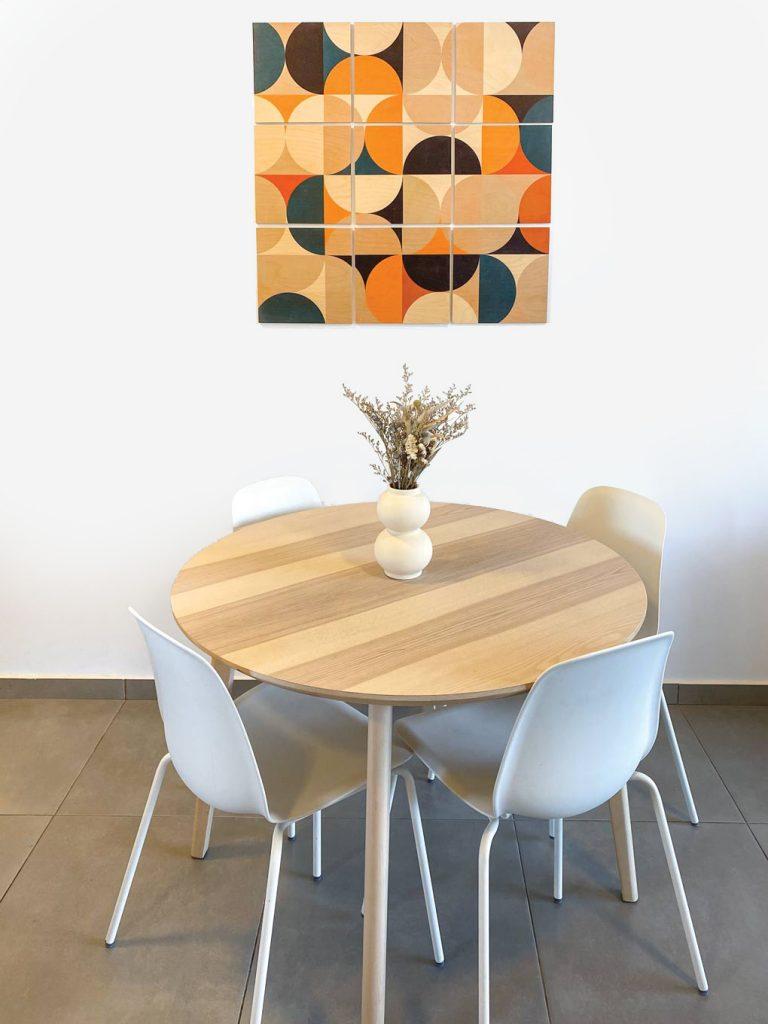 שולחן בפינת האוכל ועבודת קיר מעץ