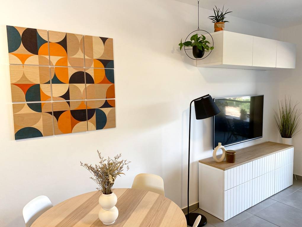 דירת שלושה חדרים, חלק ב׳: הסלון, פינת האוכל ונגיעות מהמטבח